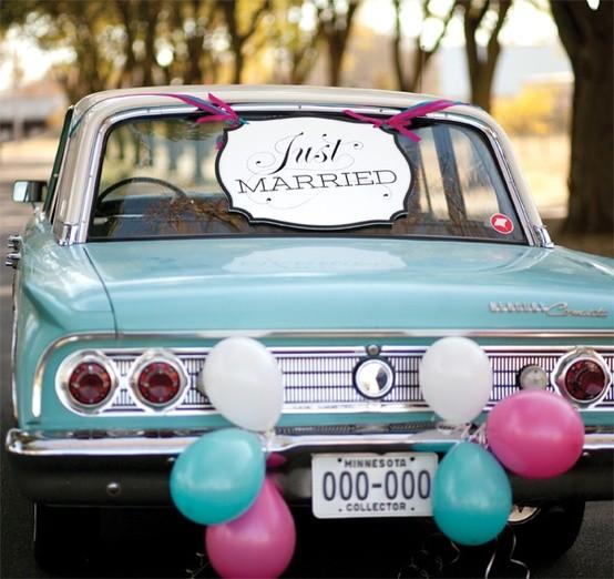 Coches para bodas con globos: una variante económica y divertida