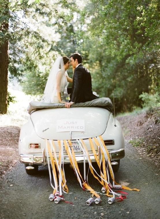 Autos clásicos para bodas decorados con cintas de raso