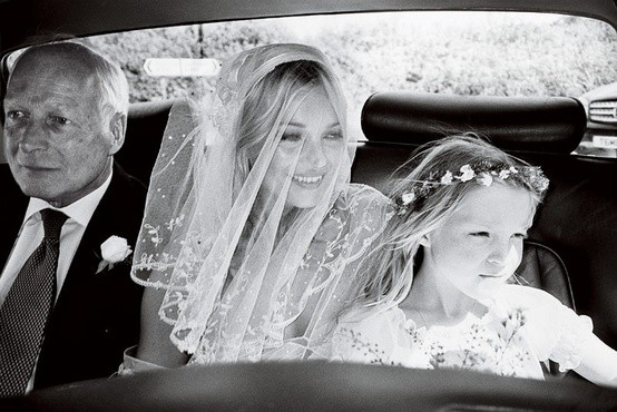 Peinados de novia con velo: La super modelo Kate Moss eligió un velo corto bordado para complementar su corta cabellera