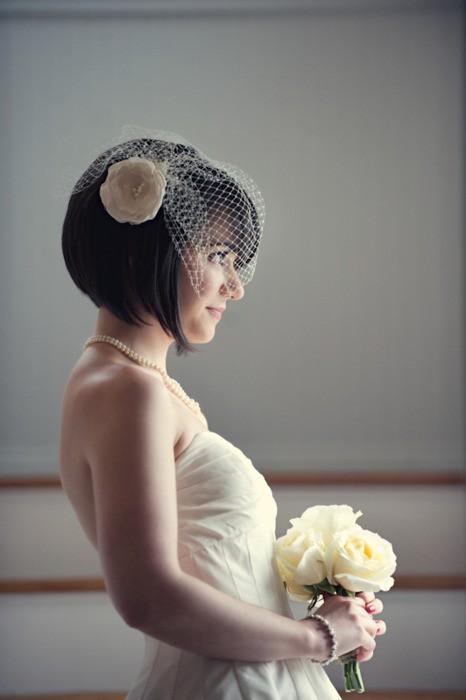 Tocado para novias: Un pequeño tocado le otorga elegancia y distinción al look de la novia