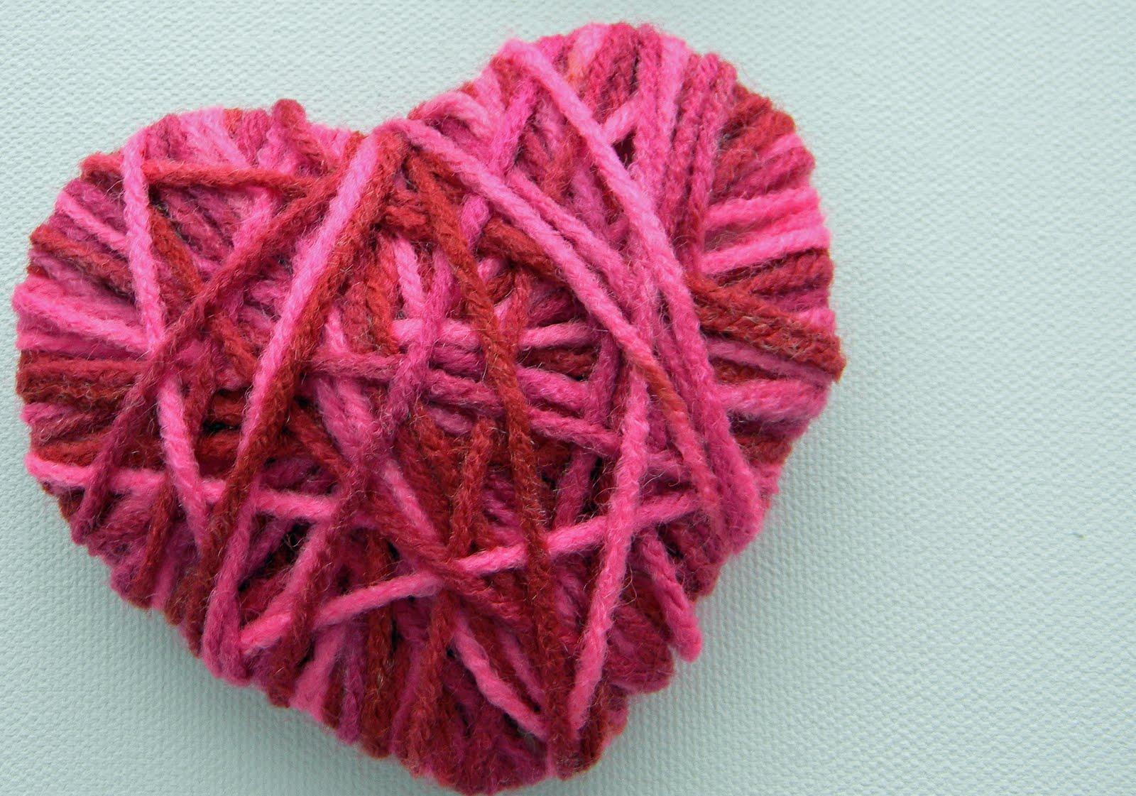 Corazón hecho con lanas de colores