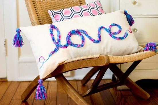 """Almohadón """"Love"""" Dale un toque romántico a tu cuarto con este adorable almohadón"""