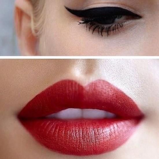 Maquillaje retro con labios rojos y delineador con forma de ala