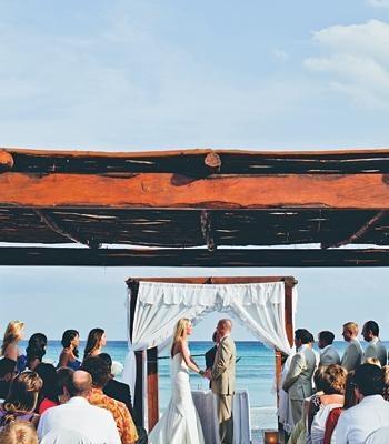 Preparativos para una boda en la playa