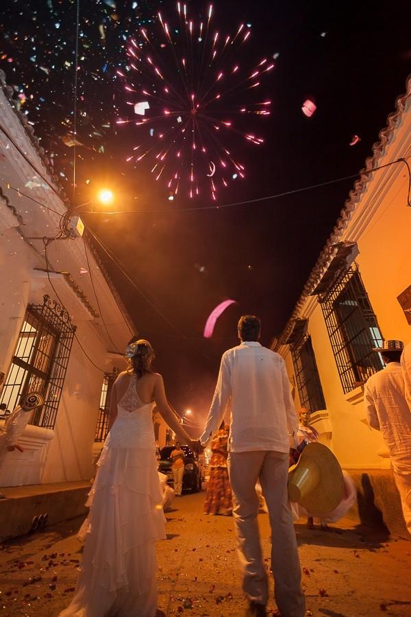 bodas en la playa con fuegos artificiales