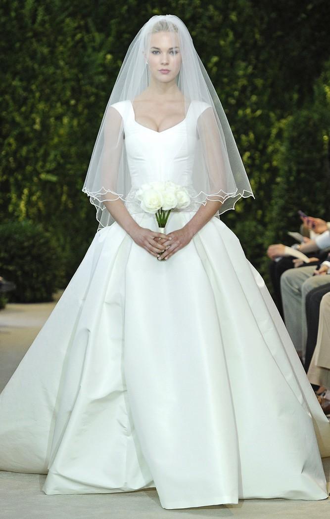 Vestidos de novia de falla de seda en tono marfil con detalles en la cintura de Carolina Herrera - modelo Adele