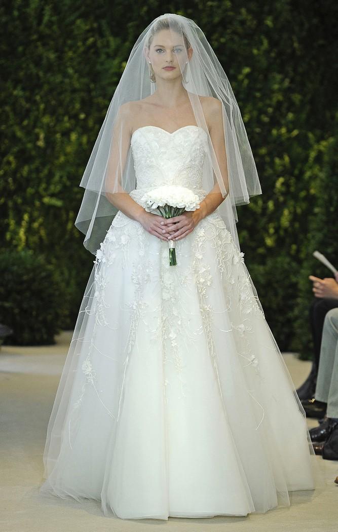 Vestidos de novia en tul bordado de flores sobre tafetán de seda de Carolina Herrera 2014 - Modelo Amore