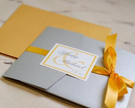 Invitaciones de boda cuadradas en gris, blanco y amarillo