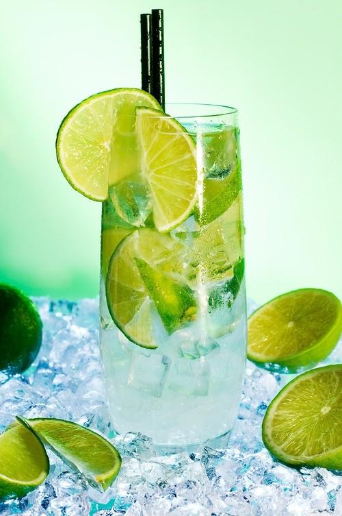 Barra de bebidas exóticas con vodka: Caipiroska con lima y mucho azúcar