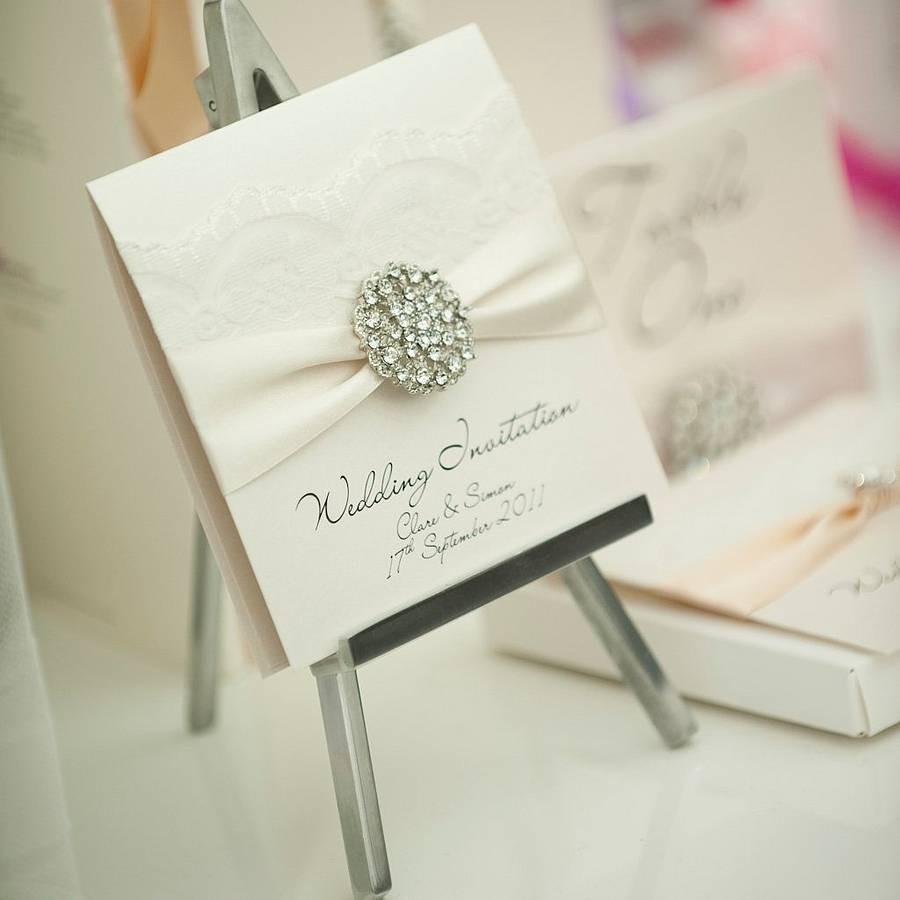 Invitación de bodas elegante con broche de brillantes