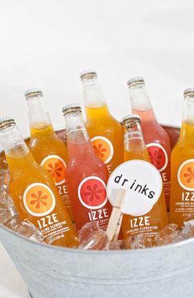 Cubeta con Bebidas de frutas naturales bien heladas