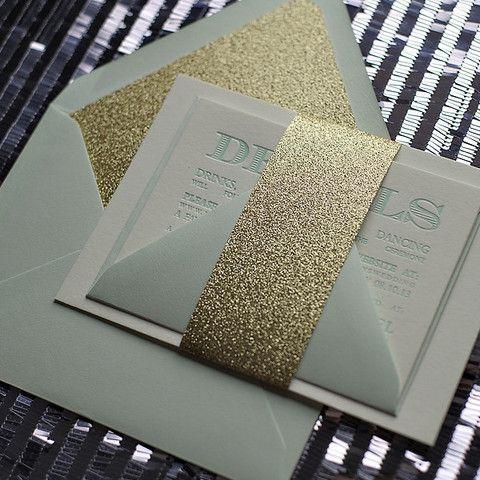 Invitaciones de boda elegantes en verde menta, blanco y dorado con brillos