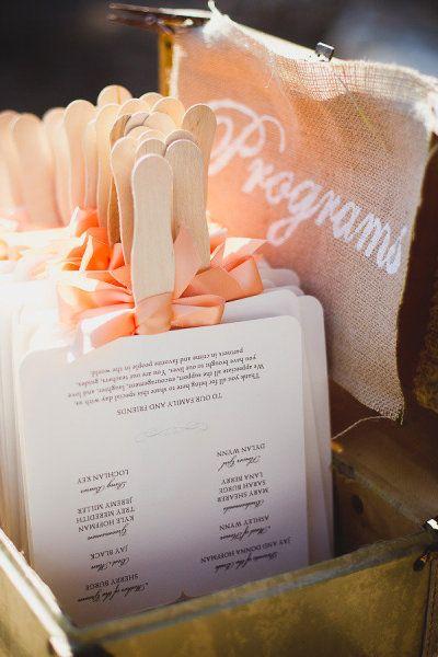 Abanico de bodas con programa en coral y blanco