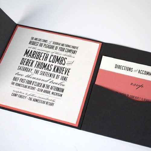 Tarjeta de invitación de bodas plegable en marron y rosa