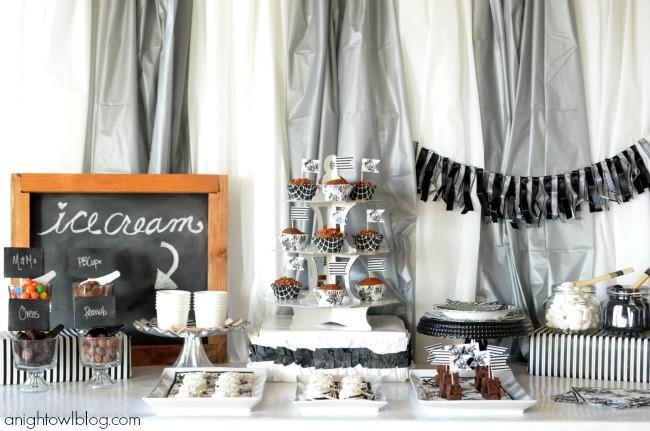 Mesa de postres para boda en verano en plata, blanco y negro