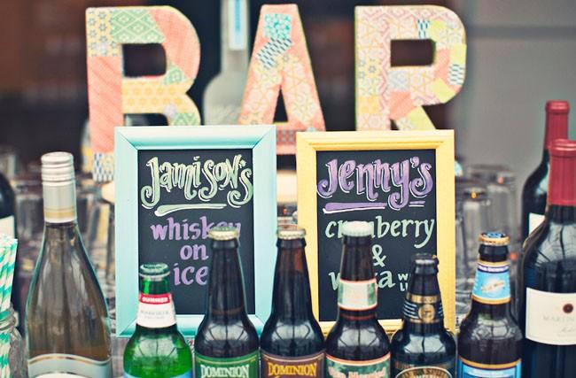 Decoración de la barra de bebidas exóticas. Un bar de tragos con los cócteles elegidos por la novia y el novio