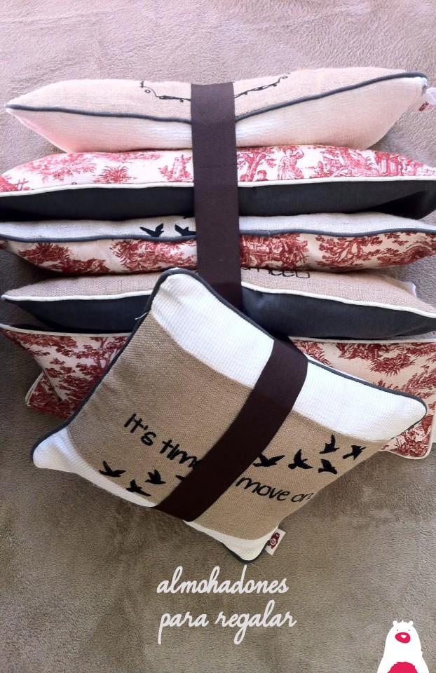 Los almohadones personalizables de Soy de Plush visten tu casa y son muy confortables!