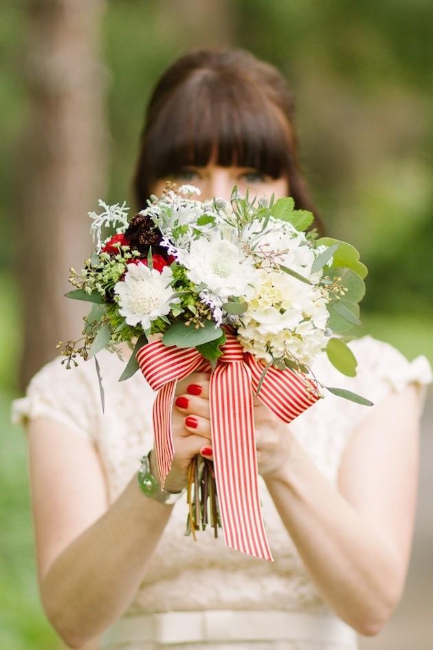 Bouquet de novia y uñas en composé