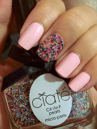 Uñas caviar para novias: Un detalle con uñas rosa pastel
