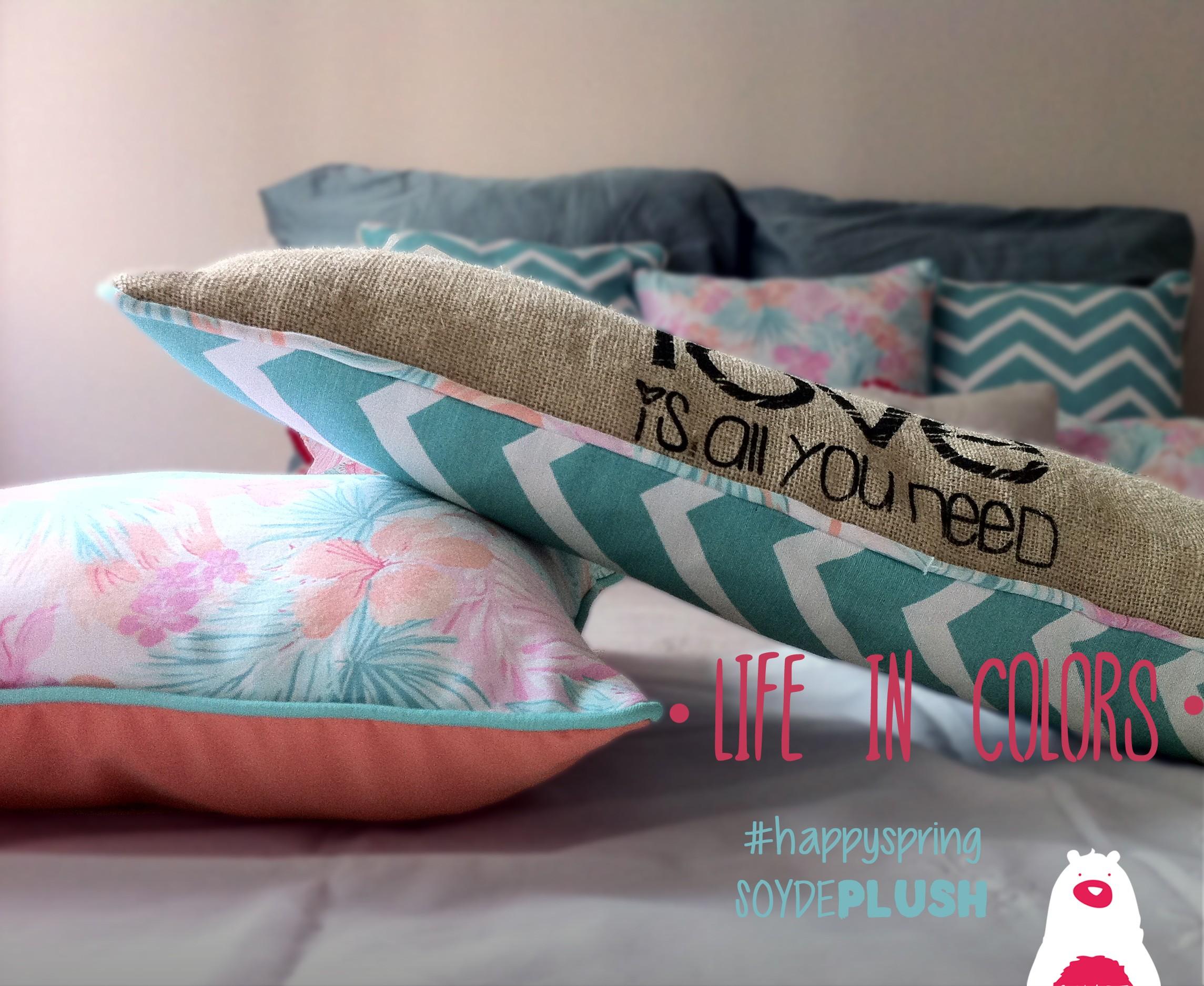 Almohadoes personalizados de Soy de Plush! Estampados en zig-zag, floreados y colores vibrantes son los protagonistas de la colección primavera-verano