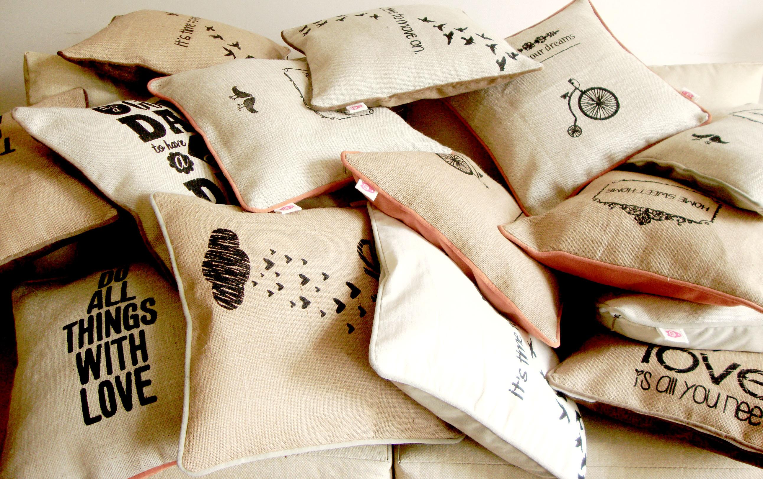 Con los almohadones personalizados de Soy de Plush, los novios van a poder elegir diferentes motivos y tamaños