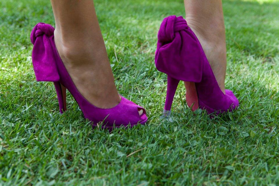Zapatos de tacon en el cesped con tapones protectores Llelles