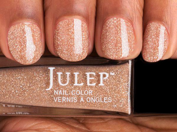 En diseños de uñas originales, el oro es uno de los colores de la temporada