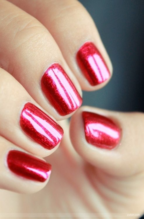 Esmalte rojo con toque metalizado de uñas para novias