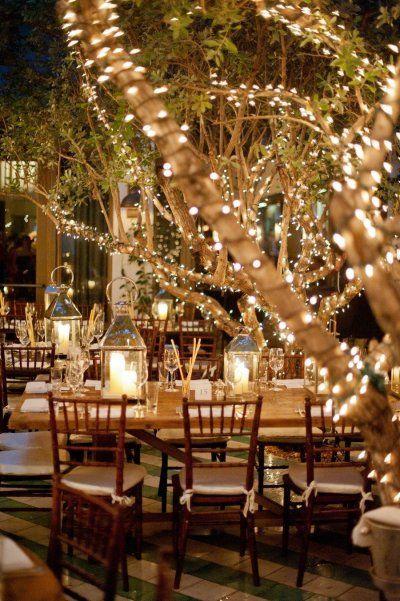 Boda al aire libre iluminada por velas y luces navideñas