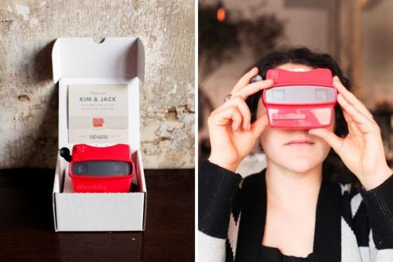 Una idea super original! Una invitacion con visor de slides y algunas de la pareja!