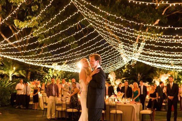 Boda al aire libre: El primer baile bajo una luz maravillosa!