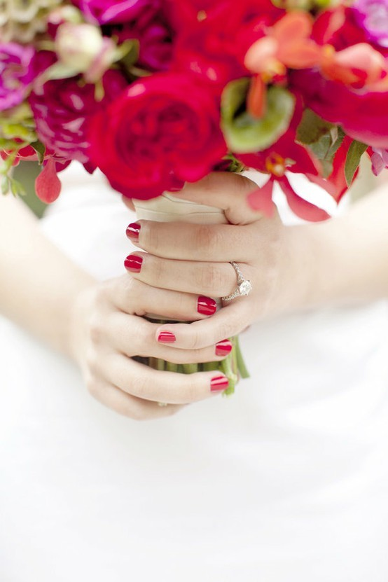 uñas para novias en rojo haciendo juego con el bouquet