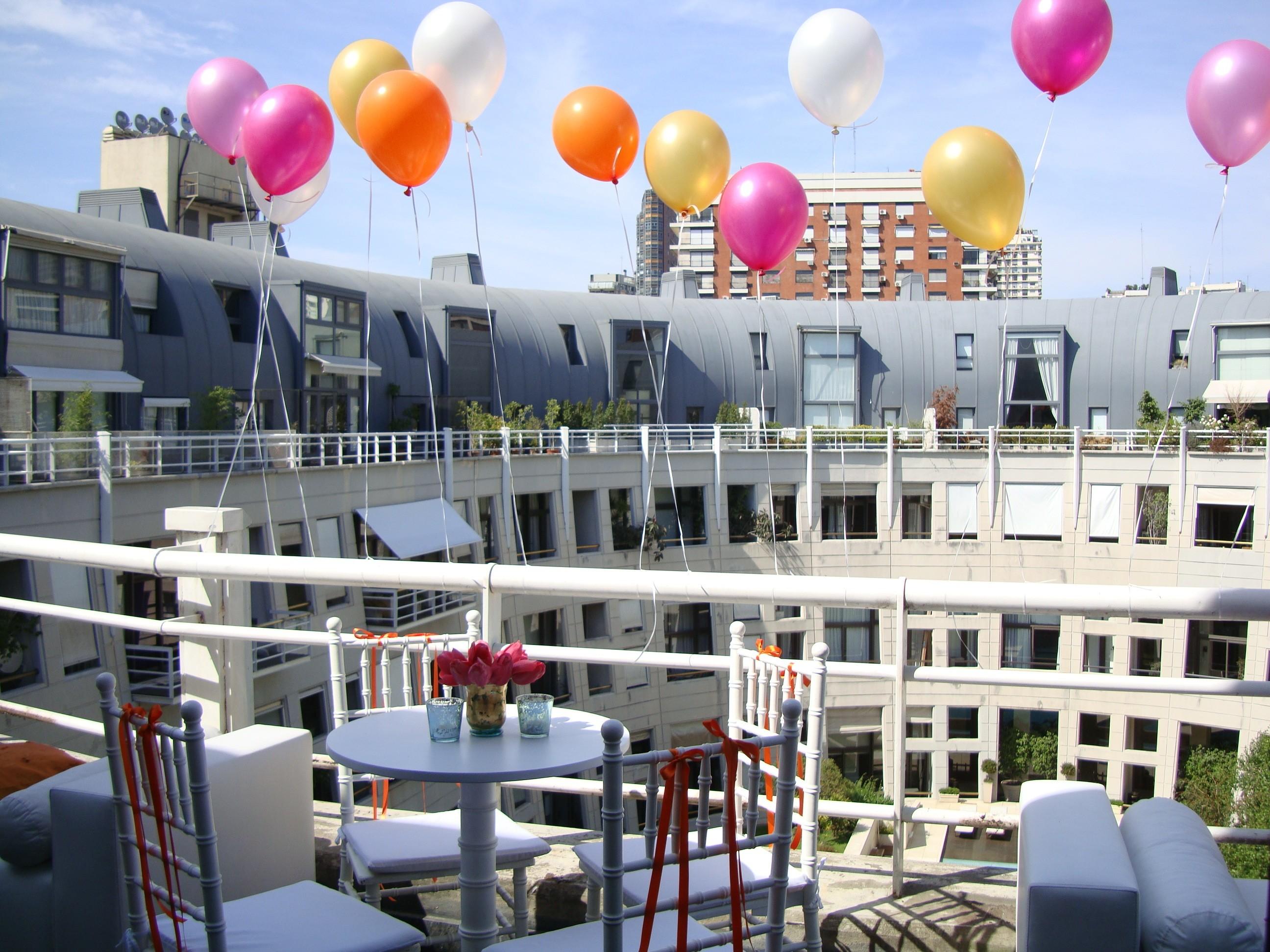 Decoración con globos para boda de colores pequeños - por Ramiro Arzuaga