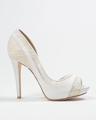 Encaje y elegancia en marfil en zapatos para novia