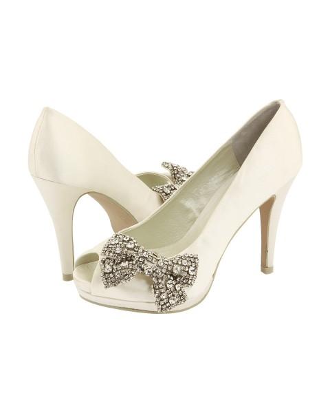 Otro modelo exclusivo en marfil y pedrería de zapatos de novia de Jimmy Choo