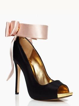 Un toque chic de color en zapatos de novia de Kate Spade