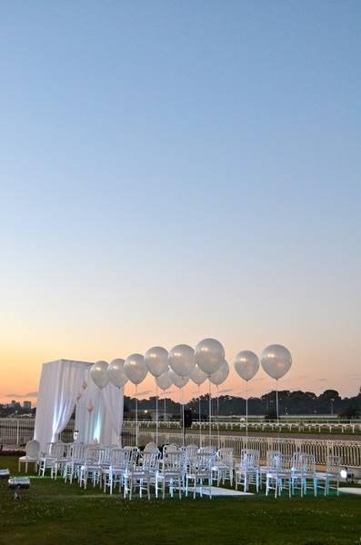 Altar decorado con globos grandes inflados con helio - por Ramiro Arzuaga