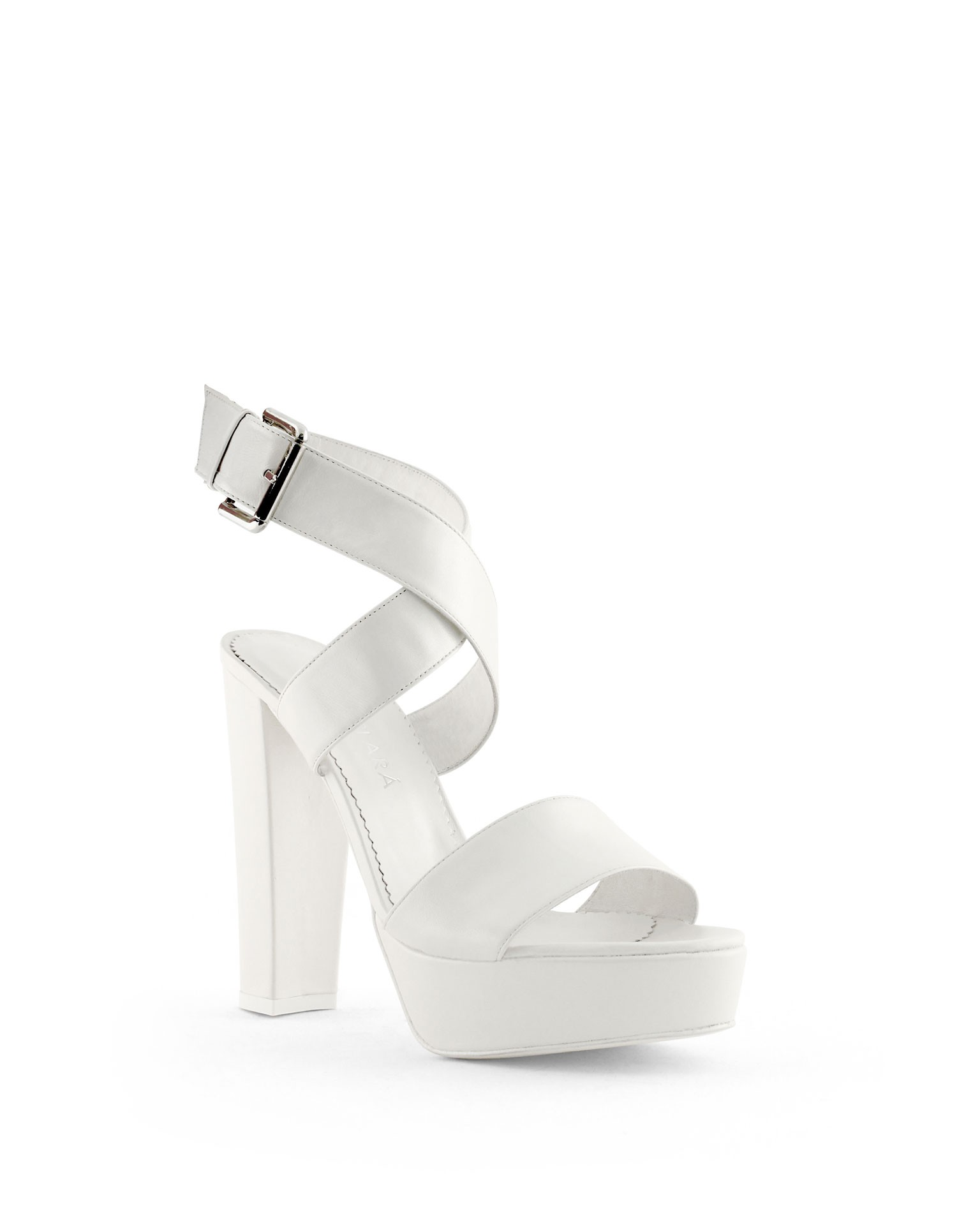 Zapatos de novia blancos de Rosa Clará