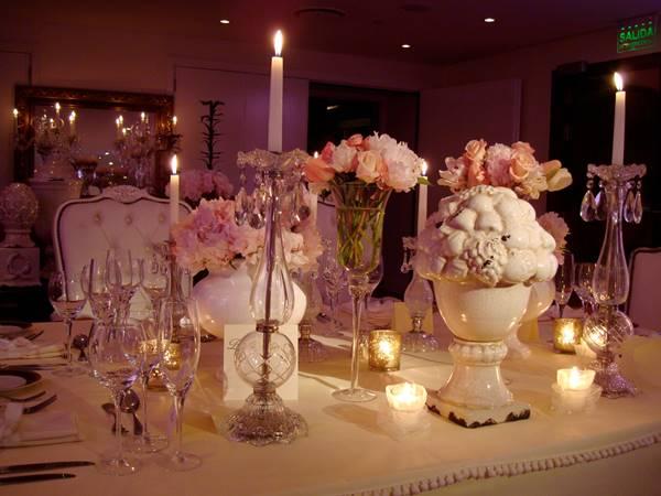 Decoración de mesas para casamiento con flores naturales y objetos de cerámica - Ramiro Arzuaga