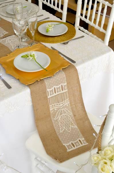 Decoración de mesa para casamientos eco-wedding: Caminos en arpillera, flores naturales y un estilo sumamente chic! - por Ramiro Arzuaga
