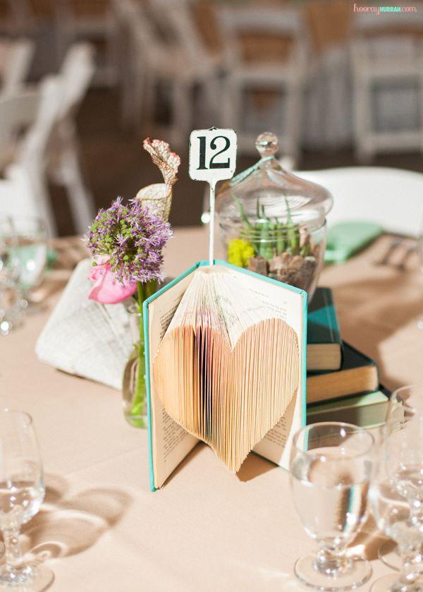 Centros de mesa modernos para bodas: una decoración fuera de lo común con libros