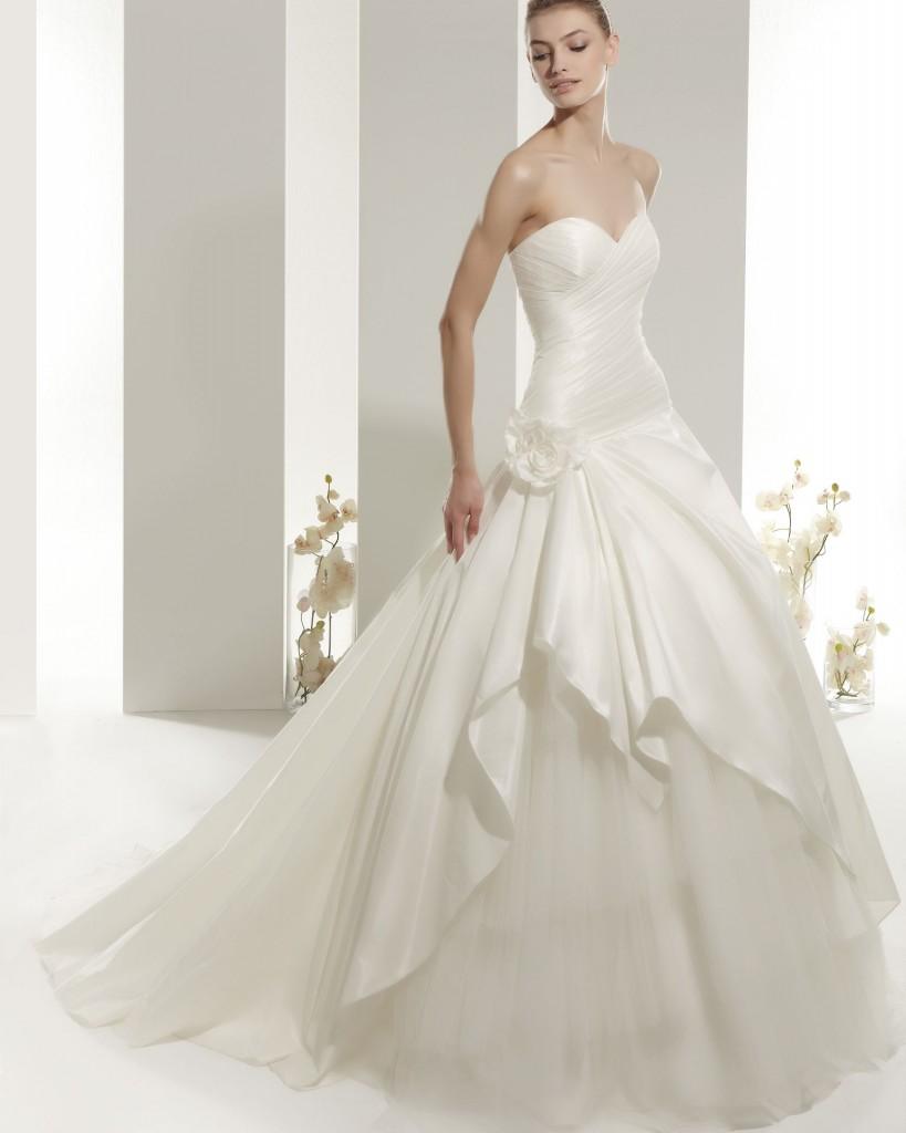 """Las faldas con movimiento, los tejidos llenos de detalles bordados, las transparencias y los escotes son los protagonistas de esta mini-colección de Rosa Clará de ensueño! Rosa Clara wedding dresses """"Zulema"""""""