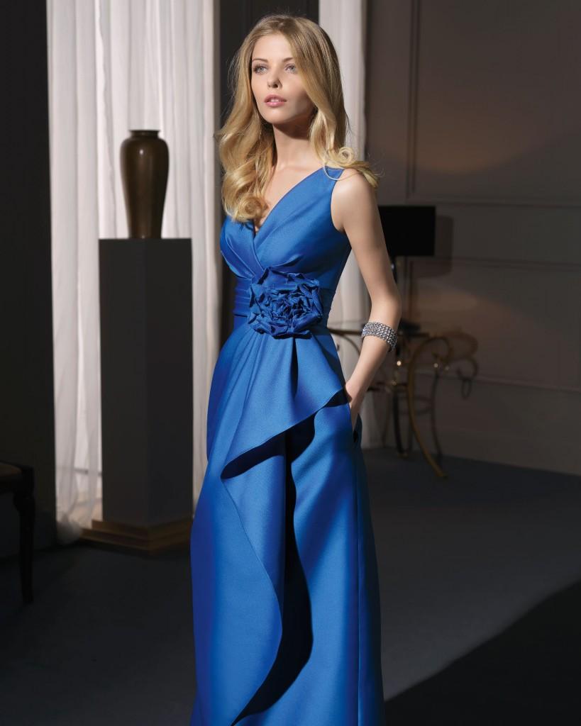Vestidos de madrinas de bodas Aire Barcelona El azul francia también se encuentra presente en la colección
