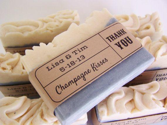 Jabón perfumado como recuerdo de boda. Siempre recuerda colocar el nombre de los novios y la fecha de la boda