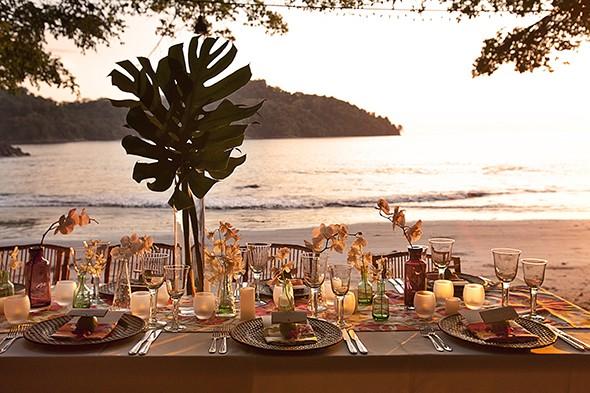 Mesa de invitados en la playa