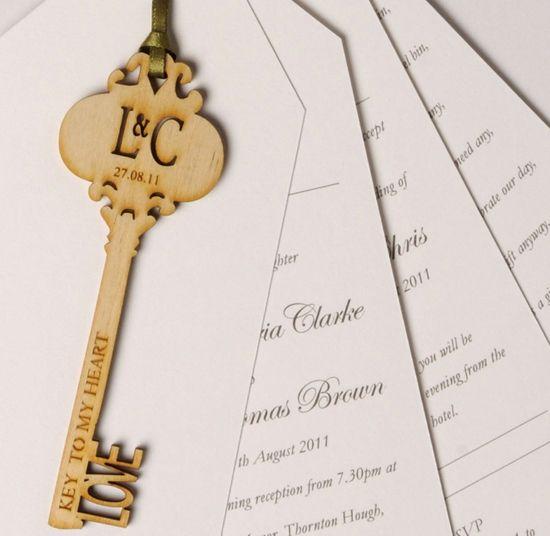 invitacion con llave cortada en laser ideal para boda destino