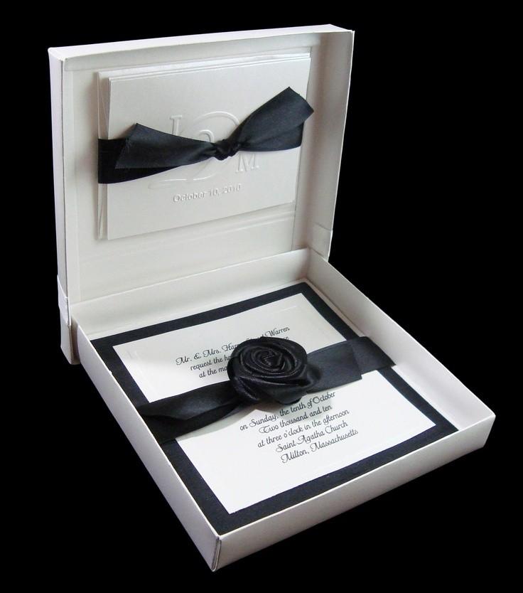 invitación en cajita elegante en blanco y negro