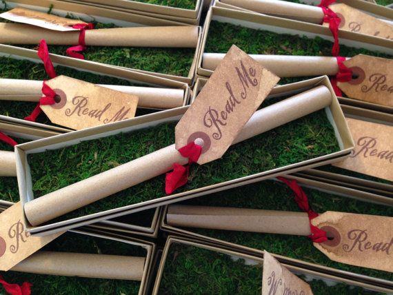 """Estas invitaciones de pergamino pueden guardarse en """"sobres para invitaciones"""" tales como un tubo decorado o en una cajita."""
