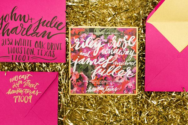 Los colores intensos como el turquesa y fucsia cobran protagonismo dentro de estos sobres para invitaciones. ¿Quieres un estilo moderno y original? Los sobres para invitaciones de boda en colores vibrantes son perfectos para ti!