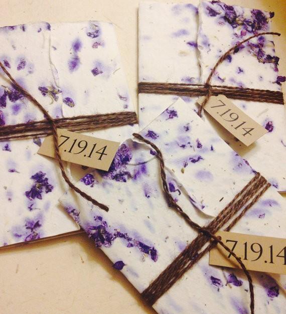 Los sobres de invitaciones de boda en papeles artesanales trabajados con flores secas y papel reciclado son una variante original.